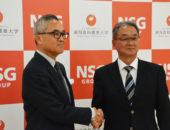 中井裕副学長と握手を交わす谷崎監督(右)