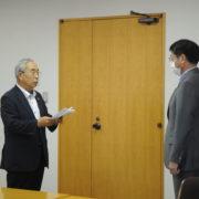 中原市長(右)の前で要望書を読む高橋理事長